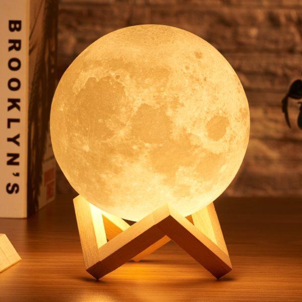 3D lampa ve tvaru měsíce
