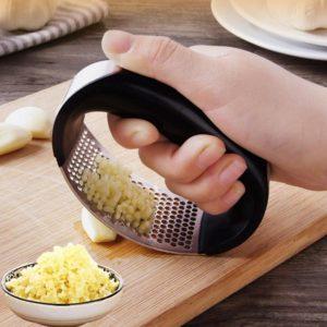 Praktický lis na česnek