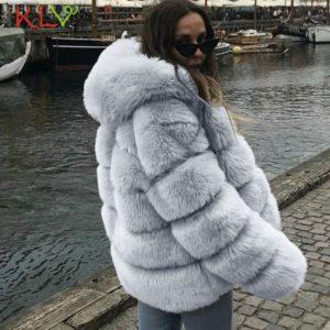Kožešinový kabát s kapucí