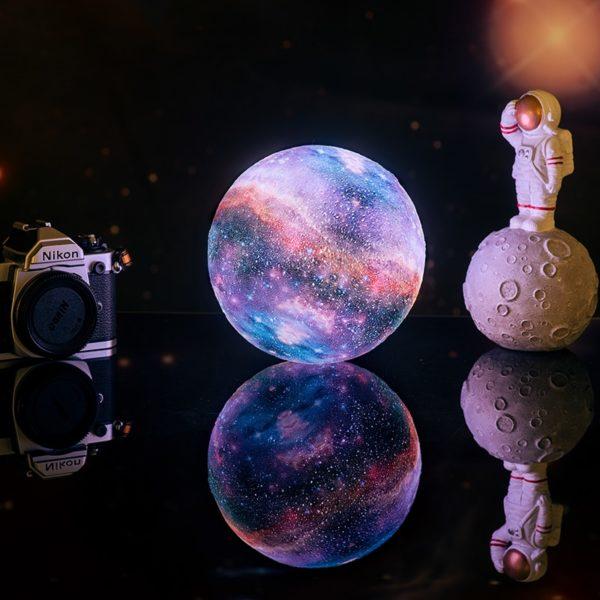 3D lampa s motivem galaxie