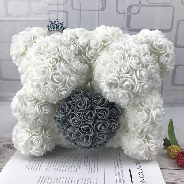 Dekorativní pár medvídků z růží - držící srdce