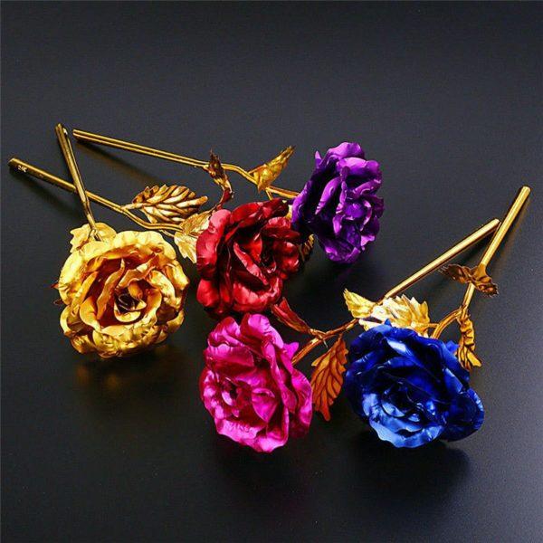 Umělé barevné růže se zlatou barvou