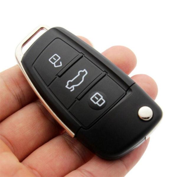 USB flash disk ve tvaru klíče u auta