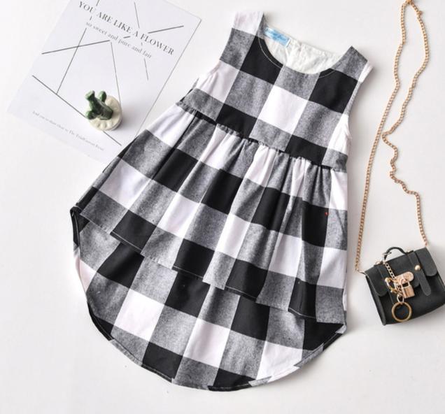 Krásné dívčí kostkované asimetrické šaty