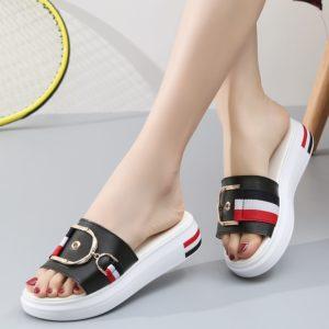 Dámské elegantní pantofle na nízké platformě