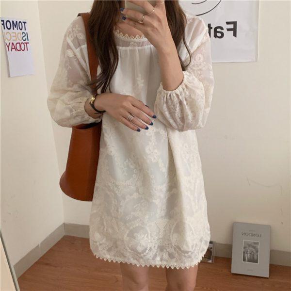 Volné bílé dámské jednoduché šaty s krajkou