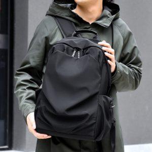 Pánský módní batoh vhodný na cestování nebo turistiku