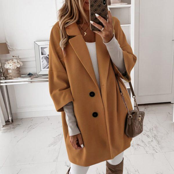Elegantní delší kabát na knoflíky a s velkým límcem