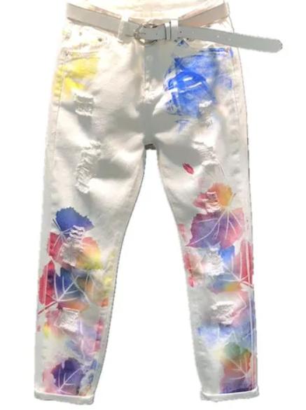 Dámské bílé džínové roztrhané kalhoty s barevnými fleky