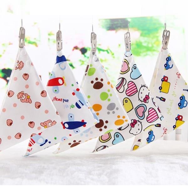 Novorozenecký trojúhelníkový módní zapínací bryndák / šátek