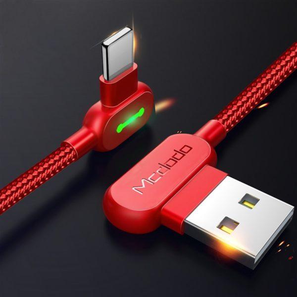 Lomený rychlonabíjecí Lightning USB kabel na iPhone